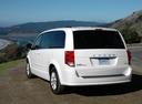 Фото авто Dodge Caravan 5 поколение [рестайлинг], ракурс: 135 цвет: белый
