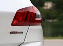 Фото авто Peugeot 308 T9 [рестайлинг], ракурс: задние фонари цвет: белый