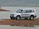 Фото авто Mitsubishi Pajero 4 поколение, ракурс: 45 цвет: серебряный