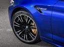 Фото авто BMW M5 F90, ракурс: колесо цвет: синий