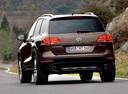 Фото авто Volkswagen Touareg 2 поколение, ракурс: 180 цвет: коричневый