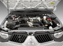 Фото авто Mitsubishi L200 4 поколение, ракурс: двигатель цвет: серебряный