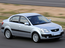 Фото авто Kia Rio 2 поколение, ракурс: 315 цвет: серебряный