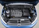 Фото авто Volkswagen Touran 2 поколение, ракурс: двигатель цвет: синий