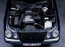 Фото авто Mercedes-Benz E-Класс W210/S210, ракурс: двигатель цвет: черный