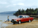 Фото авто Volvo 240 1 поколение, ракурс: 45 цвет: красный