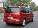 Фото авто Volkswagen Touran 1 поколение [2-й рестайлинг], ракурс: 225 цвет: красный