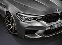 Фото авто BMW M5 F90, ракурс: передняя часть цвет: серый