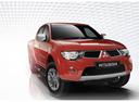 Фото авто Mitsubishi L200 4 поколение [рестайлинг], ракурс: 135 цвет: красный