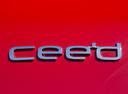 Фото авто Kia Cee'd 2 поколение [рестайлинг], ракурс: шильдик цвет: красный