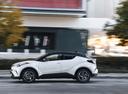 Фото авто Toyota C-HR 1 поколение, ракурс: 90 цвет: белый