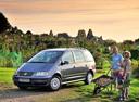 Фото авто Volkswagen Sharan 1 поколение [2-й рестайлинг], ракурс: 45 цвет: серебряный
