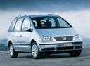 Фото авто Volkswagen Sharan 1 поколение [2-й рестайлинг], ракурс: 315 цвет: серебряный