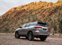 Фото авто Toyota Fortuner 2 поколение, ракурс: 135 цвет: серебряный