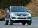 Фото авто Volkswagen Touareg 1 поколение [рестайлинг], ракурс: 315 цвет: серебряный