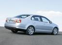 Фото авто Volkswagen Jetta 5 поколение, ракурс: 225 цвет: серебряный