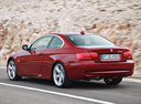 Фото авто BMW 3 серия E90/E91/E92/E93 [рестайлинг], ракурс: 135 цвет: красный