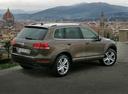 Фото авто Volkswagen Touareg 2 поколение, ракурс: 225 цвет: серебряный