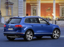 Фото авто Volkswagen Touareg 2 поколение [рестайлинг], ракурс: 225 цвет: синий
