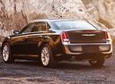Фото авто Chrysler 300C 2 поколение, ракурс: 135 цвет: черный