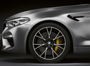 Фото авто BMW M5 F90, ракурс: колесо цвет: серый