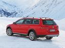 Фото авто Volkswagen Passat B7, ракурс: 135 цвет: красный