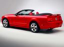 Фото авто Ford Mustang 5 поколение, ракурс: 135 цвет: красный