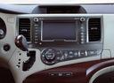Фото авто Toyota Sienna 3 поколение, ракурс: центральная консоль