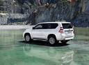 Фото авто Toyota Land Cruiser Prado J150 [рестайлинг], ракурс: 135 цвет: белый