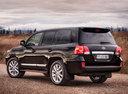 Фото авто Toyota Land Cruiser J200 [рестайлинг], ракурс: 135 цвет: черный