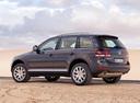 Фото авто Volkswagen Touareg 1 поколение [рестайлинг], ракурс: 135 цвет: мокрый асфальт