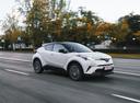 Фото авто Toyota C-HR 1 поколение, ракурс: 315 цвет: белый