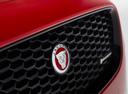 Фото авто Jaguar E-Pace 1 поколение, ракурс: шильдик цвет: красный
