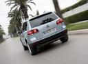 Фото авто Volkswagen Touareg 1 поколение [рестайлинг], ракурс: 180 цвет: серебряный