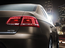 Фото авто Volkswagen Passat B7, ракурс: задние фонари цвет: коричневый