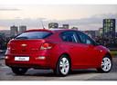 Фото авто Chevrolet Cruze J300 [рестайлинг], ракурс: 225 цвет: красный