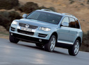 Фото авто Volkswagen Touareg 1 поколение [рестайлинг], ракурс: 45 цвет: серебряный