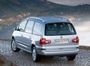 Фото авто Volkswagen Sharan 1 поколение [2-й рестайлинг], ракурс: 135 цвет: серебряный