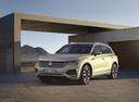 Фото авто Volkswagen Touareg 3 поколение, ракурс: 45 цвет: бежевый