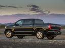 Фото авто Toyota Tundra 2 поколение [2-й рестайлинг], ракурс: 135 цвет: черный