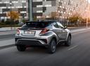 Фото авто Toyota C-HR 1 поколение, ракурс: 225 цвет: серебряный