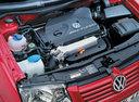 Фото авто Volkswagen Bora 1 поколение, ракурс: двигатель цвет: красный