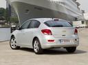 Фото авто Chevrolet Cruze J300, ракурс: 135 цвет: серебряный