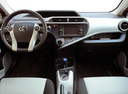 Фото авто Toyota Prius C 1 поколение, ракурс: торпедо