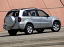 Фото авто Toyota RAV4 2 поколение [рестайлинг], ракурс: 225 цвет: серебряный