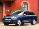 Фото авто Volkswagen Touareg 2 поколение, ракурс: 45 цвет: синий