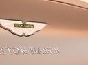 Фото авто Aston Martin DB11 1 поколение, ракурс: шильдик цвет: бежевый
