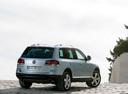 Фото авто Volkswagen Touareg 1 поколение [рестайлинг], ракурс: 225 цвет: серебряный