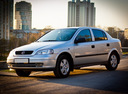 Фото авто Chevrolet Viva 1 поколение, ракурс: 45 цвет: серебряный