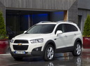 Фото авто Chevrolet Captiva 1 поколение [рестайлинг], ракурс: 45 цвет: белый